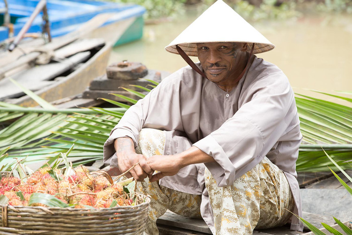 Mike Tyson đội nón lá, cười tươi bán trái cây chợ nổi