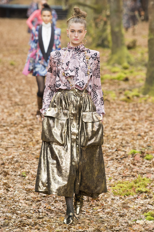 Lạc vào khu rừng mùa thu lãng mạn cùng bộ sưu tập Chanel Fall 2018