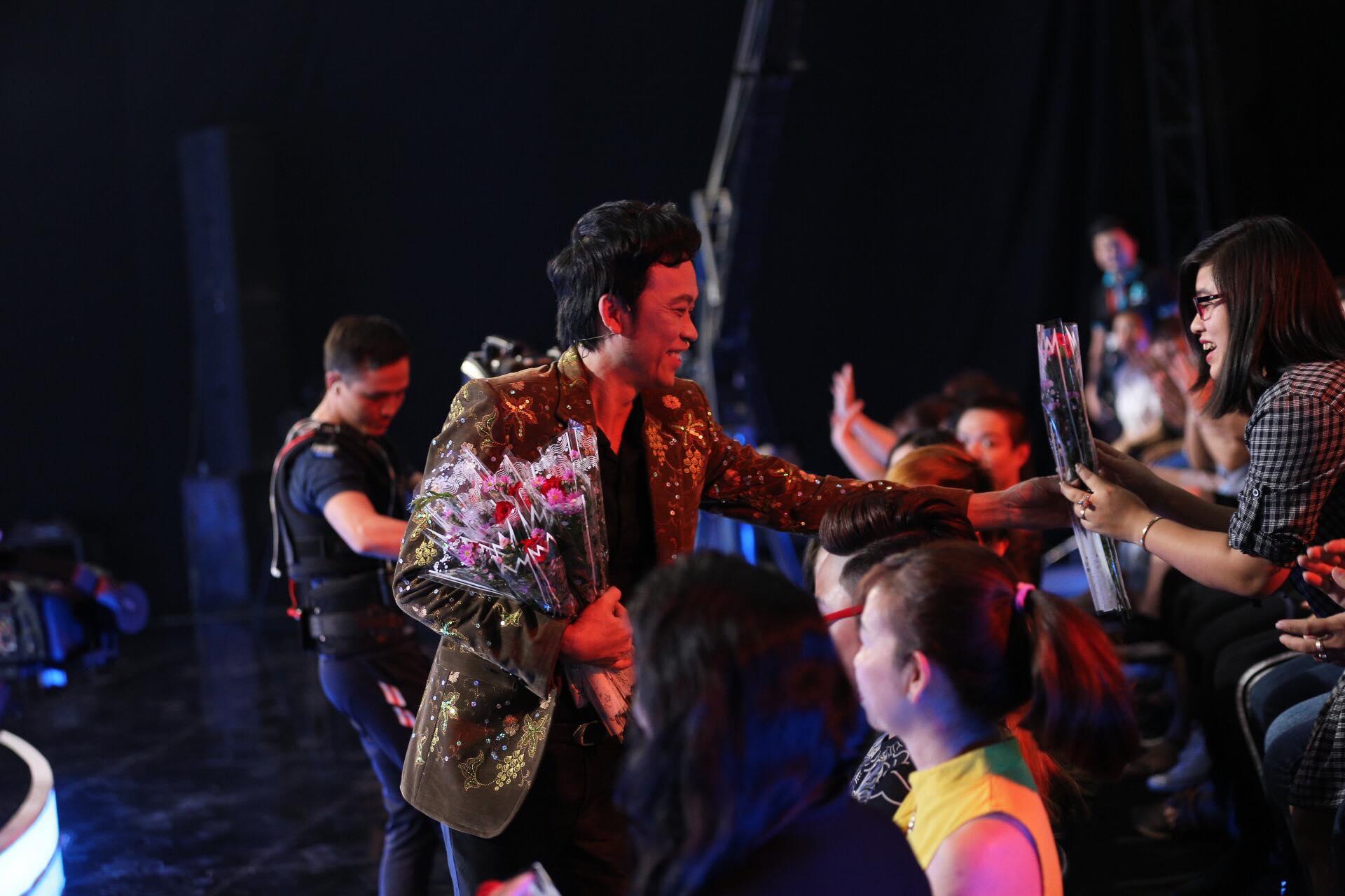 Trấn Thành, Hoài Linh tặng hoa cho vợ và người hâm mộ khiến phim trường náo loạn