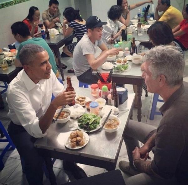 Bún chả Obama: Mang bộ bàn ghế cựu tổng thống Obama từng ngồi bảo quản trong lồng kính