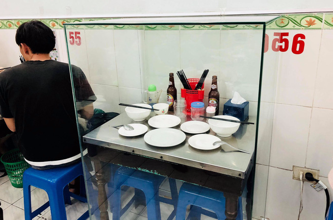 Đầu bếp Bourdain lên tiếng đầy bất ngờ về bộ bàn ghế bún chả Obama