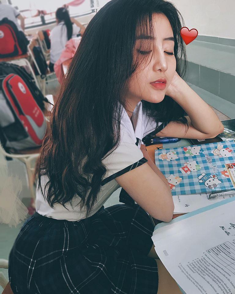 Nữ sinh Sài Gòn 18 tuổi nổi tiếng với vòng 1 gợi cảm tiếp tục được báo Hàn khen ngợi
