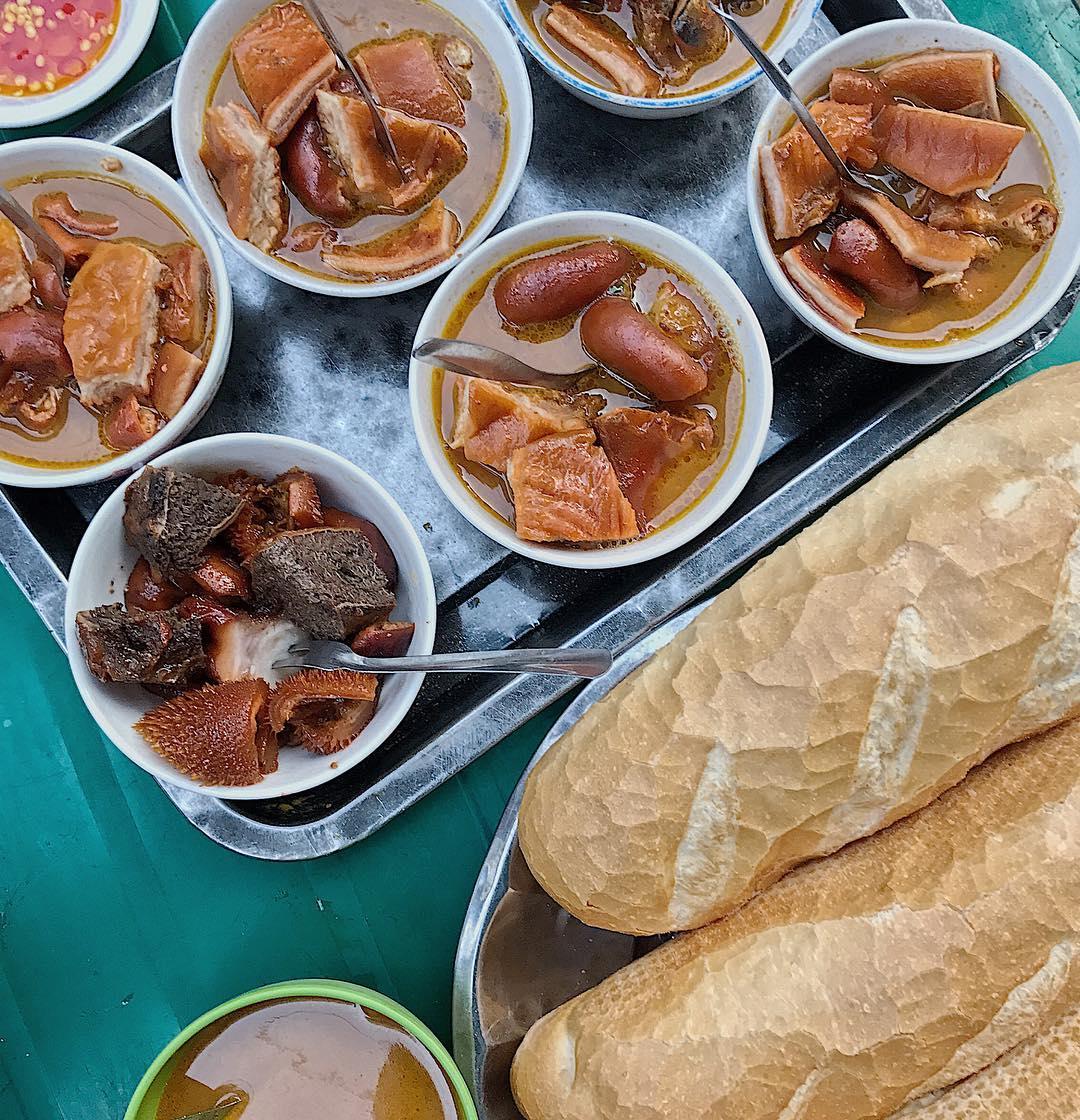 Khám phá chợ Xóm Chiếu - Thánh địa ăn vặt của giới trẻ Sài thành