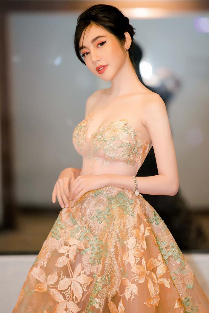 Elly Trần tiếp tục khoe ngực khủng sau khi bị chê mặc phản cảm