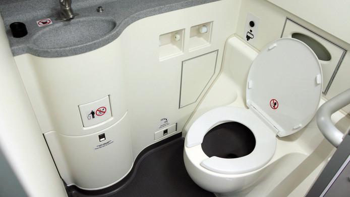Những điều cần biết khi sử dụng nhà vệ sinh trên máy bay
