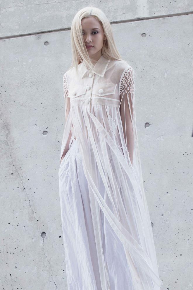 Fung La xuất hiện như nữ hiệp sĩ tóc trắng tại Seoul FW