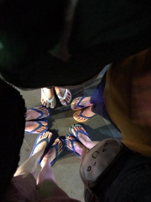 Chán khoe váy vóc hàng hiệu, giờ là thời để khoe những đôi dép huyền thoại!