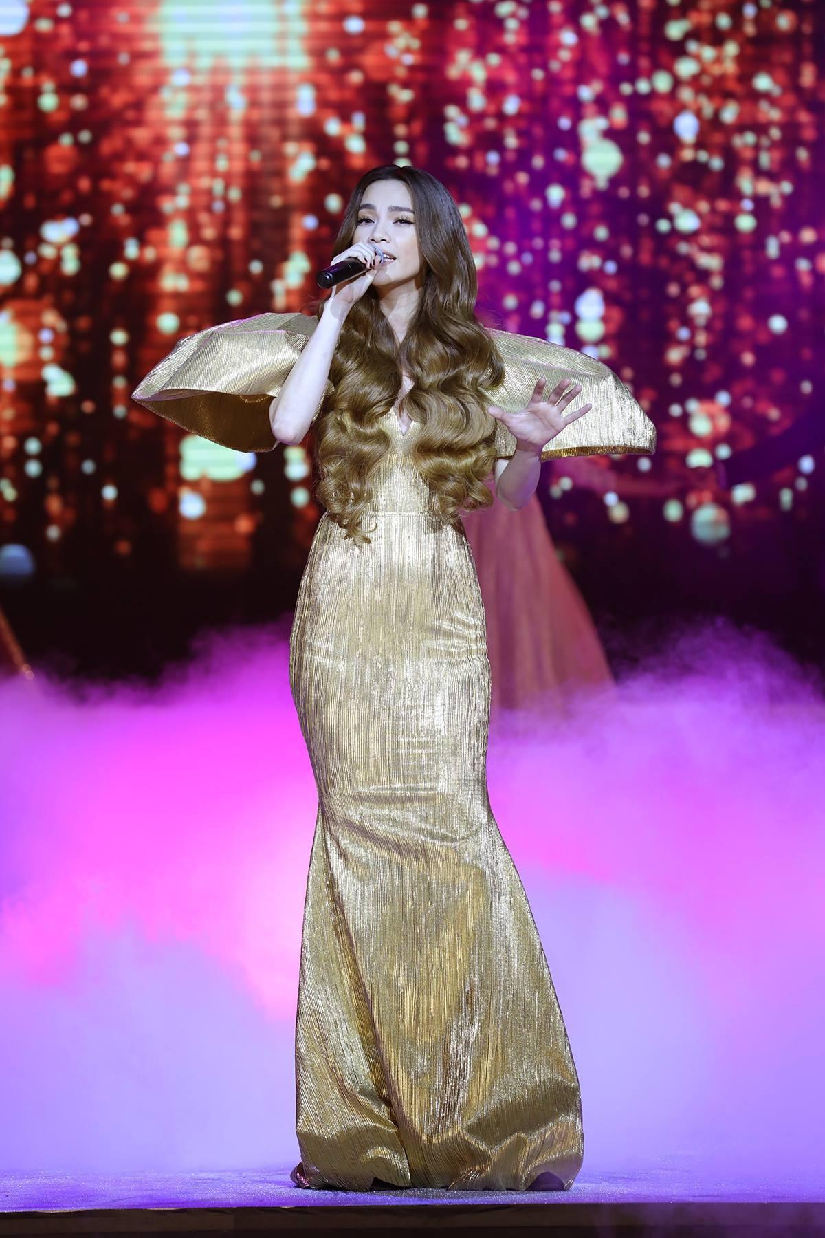 Nhờ Lý Quí Khánh, Hà Hồ dù có cả tủ đồ hiệu vẫn 3 lần dính nghi vấn mặc váy nhái?