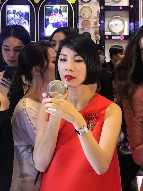 Thiên thần Victorias Secret bất ngờ dùng son Hồ Ngọc Hà