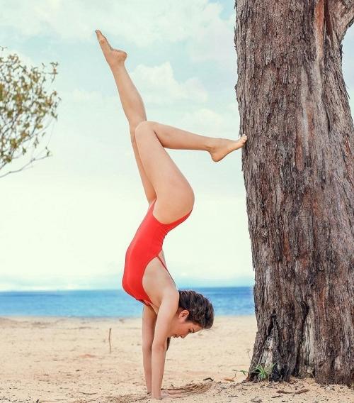 Sao Việt chuộng khoe dáng nóng bỏng với bikini trong tư thế Yoga