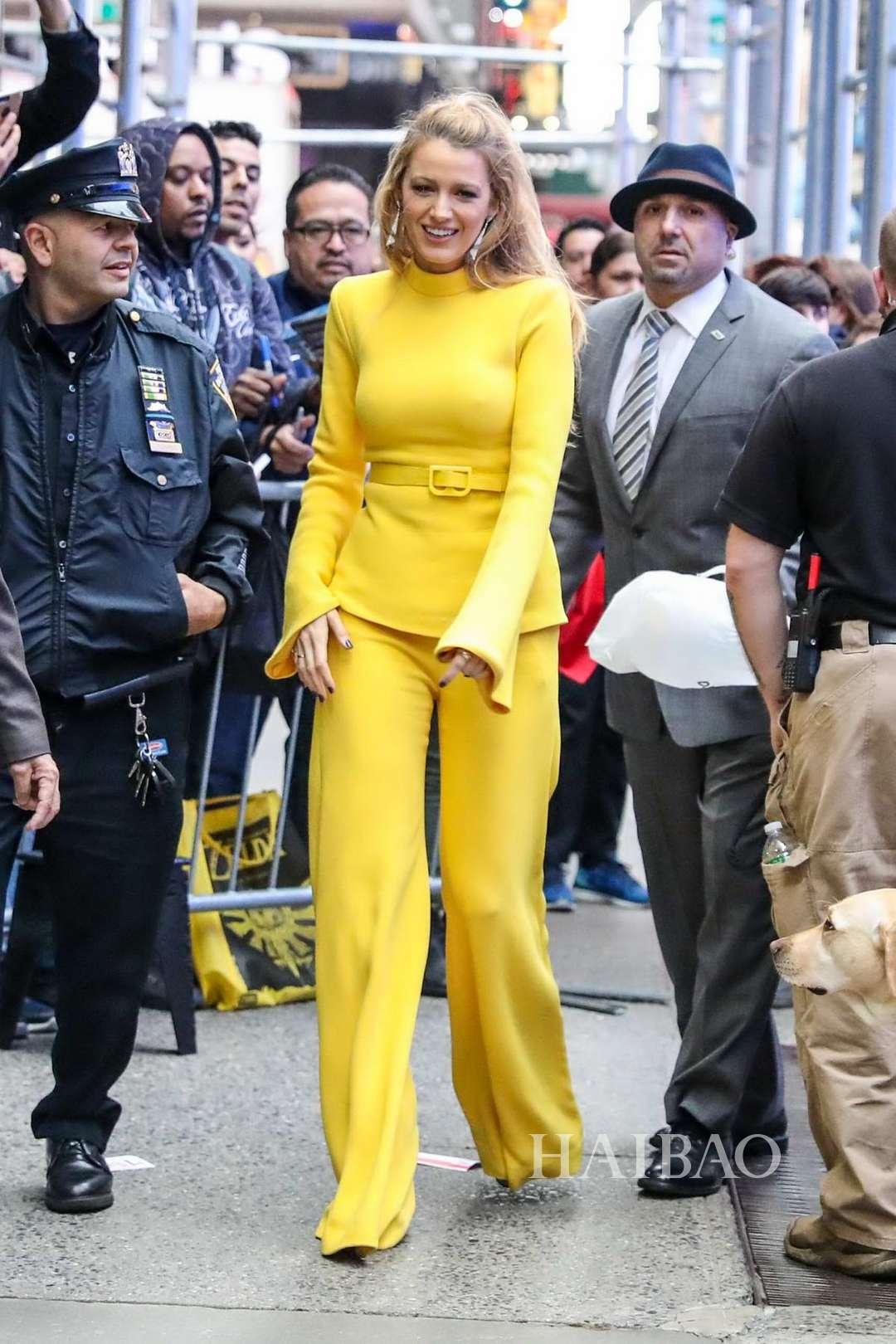 20 khoảnh khắc street style khiến bạn muốn mặc monochrome gam màu nổi ngay bây giờ