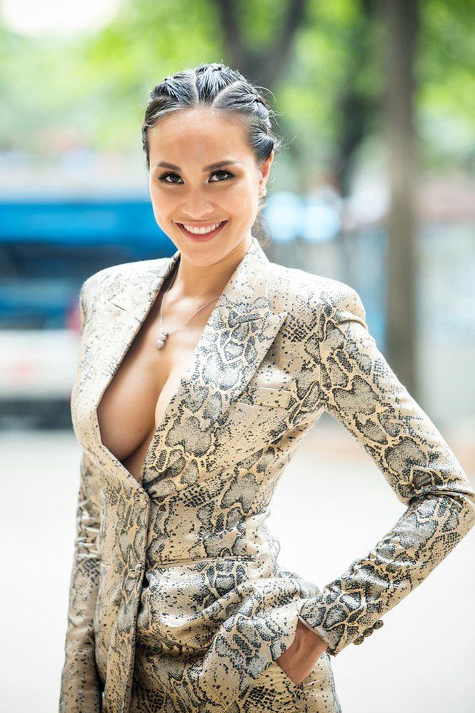 Phương Mai khoe ngực khủng cùng xu hướng vest không nội y
