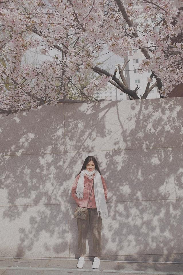 Street style sao Việt tuần này: Hoàng Yến Chibi mang phong cách Tháng năm rực rỡ đến Hàn Quốc