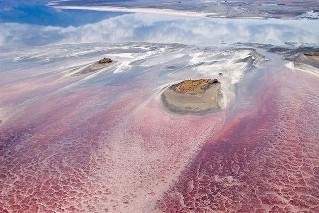 Hồ nước đỏ kỳ lạ đẹp mê hoặc nhưng cũng nguy hiểm vô cùng