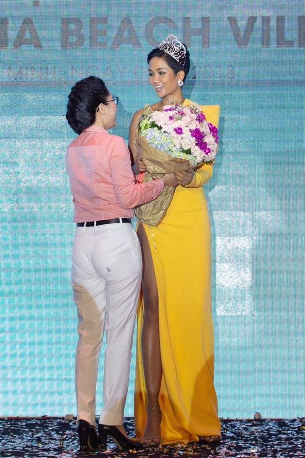 HHen Niê tiếp tục gây thích thú với chiếc váy vàng nửa kín nửa hở lạ lẫm