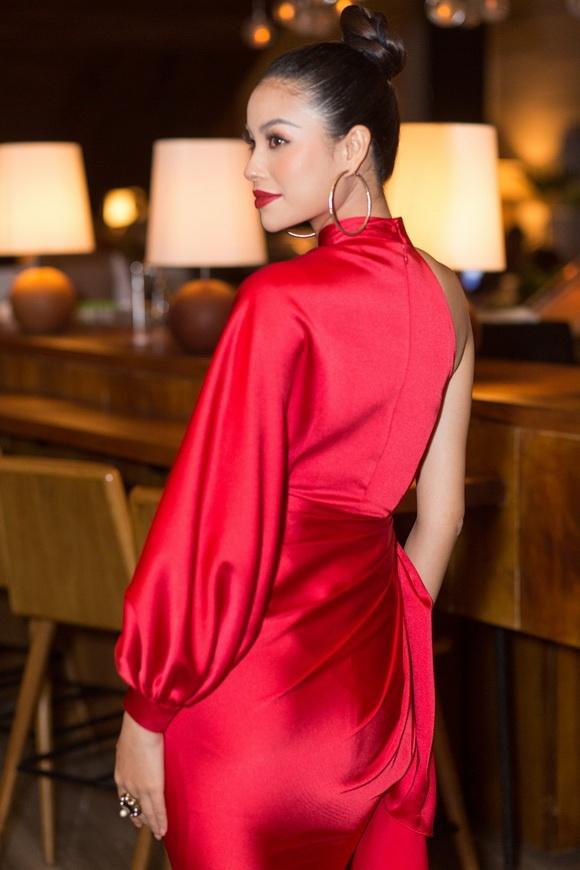 Phạm Hương diện đầm đỏ rực chứng minh đẳng cấp nhan sắc hàng đầu