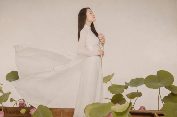 Diện áo dài trắng đơn giản, Dương Cẩm Lynh đẹp tựa mĩ nữ trong tranh