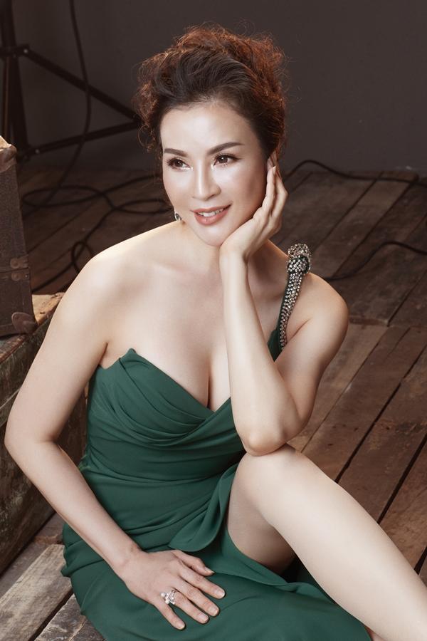 MC Thanh Mai diện váy khoe ngực đầy ở tuổi 45