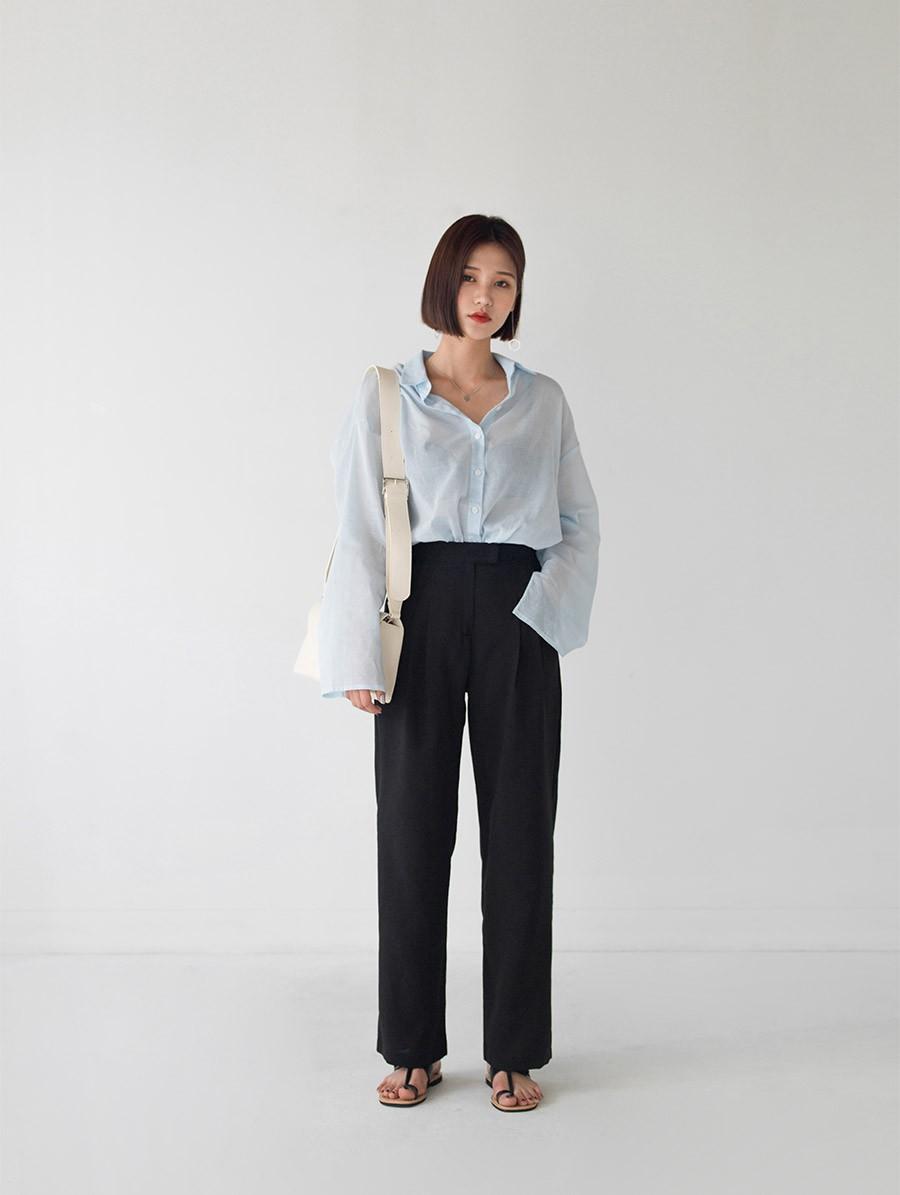 Dù thời trang có xoay vòng thế nào, áo sơ mi vẫn là item hot bền vững trong lòng mọi quý cô công sở