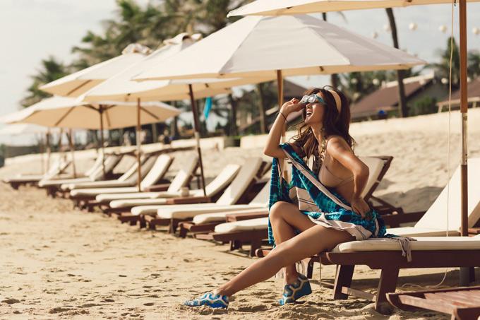 Kim Tuyến khoe chân dài trên bãi biển Hội An