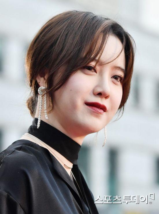 Mặt sưng, bụng to, vòng 1 tăng, Nàng Cỏ Goo Hye Sun khéo lấy tay che bụng giấu bầu?