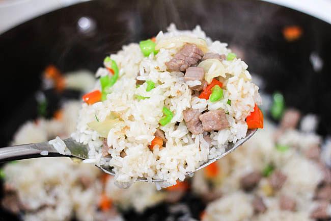 Cơm rang thịt bò đơn giản, dễ nấu mà ngon miệng cho bữa sáng