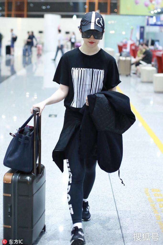 Lưu Diệc Phi diện đồ đen kín mít ra sân bay, nhưng khi bóc giá trang phục của cô thì ai cũng choáng