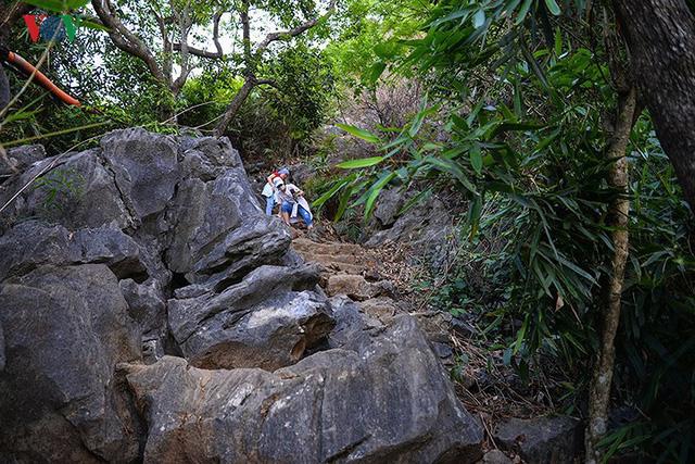 Du khách vẫn leo núi Bài Thơ bất chấp lệnh cấm