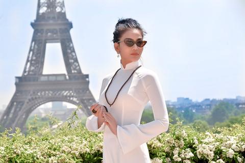 Trương Thị May diện áo dài khoe dáng bên tháp Eiffel
