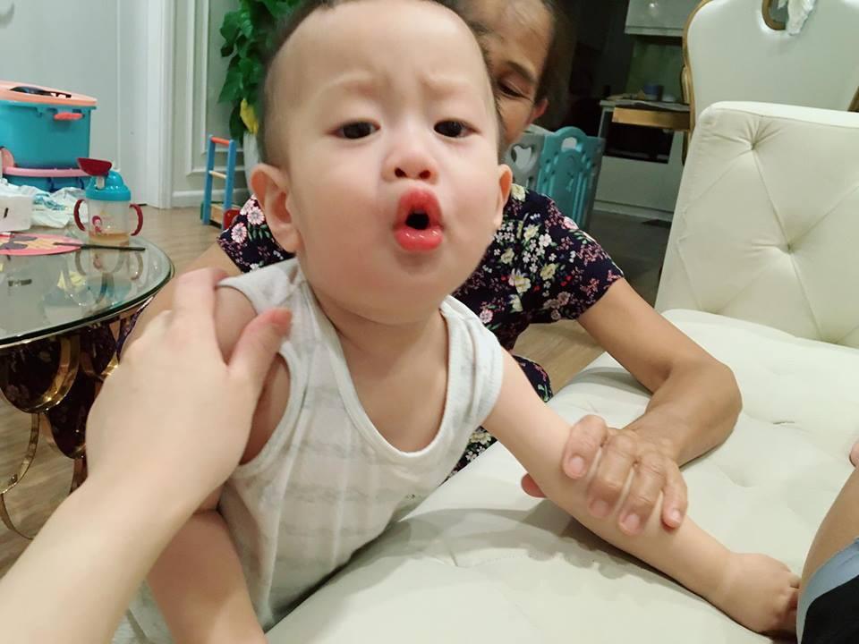 Giữa tâm bão, bà xã diễn viên Việt Anh lại tiếp tục dùng con trai để cảnh cáo