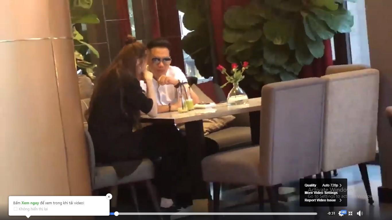 Lộ clip Việt Anh ngồi tâm sự, lau nước mắt cho Quế Vân ở quán cà phê