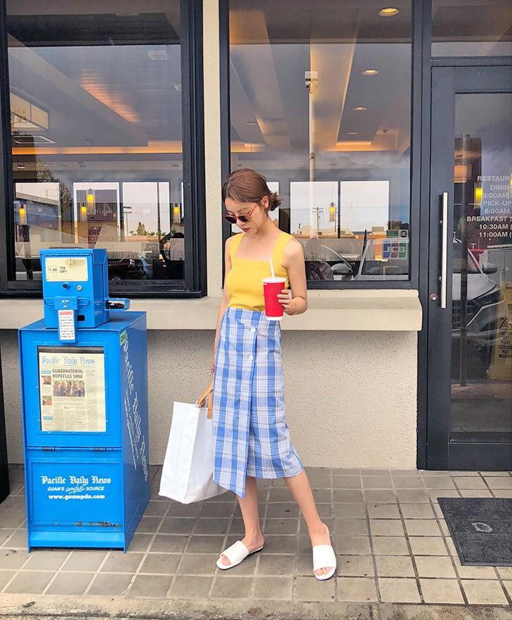 Chân váy midi vừa chống nắng lại có tới tận 4 cách lên đồ cực xinh thế này thì ngại gì mà không thử!