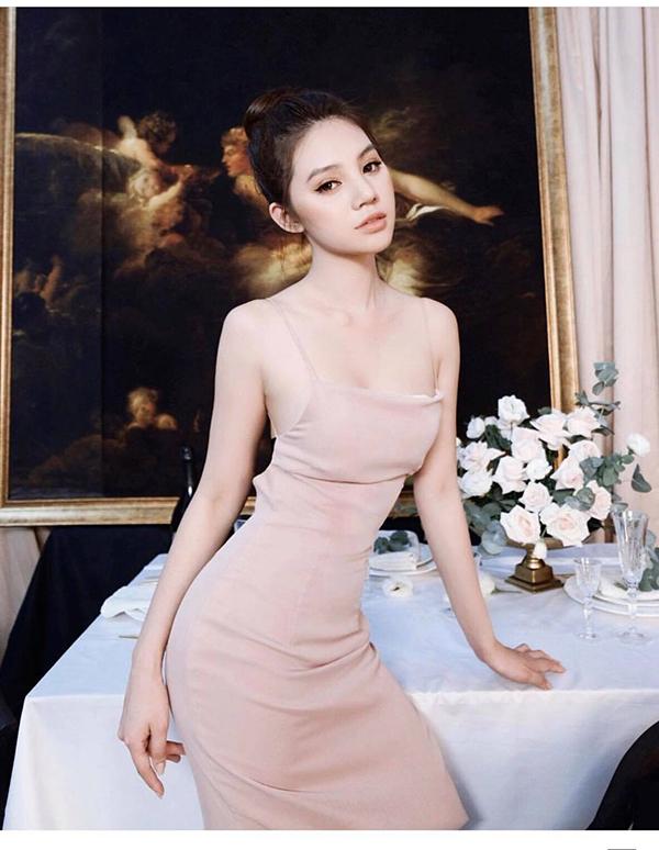 10 cách diện đầm ôm gợi cảm như sao Việt