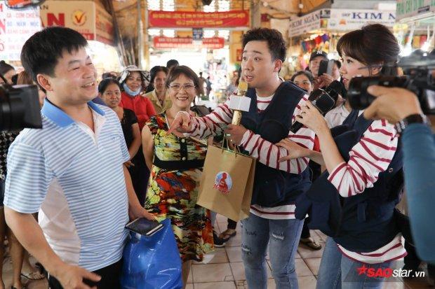 Trấn Thành khóc lóc trách Hari Won: 'Đề giao chỉ bán bún, vợ còn bắt bán thân'