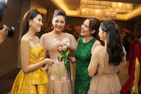 Hoa hậu Đặng Thu Thảo khoe sắc cùng dàn người đẹp
