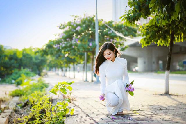 Thiếu nữ Hà thành đẹp dịu dàng bên hoa bằng lăng