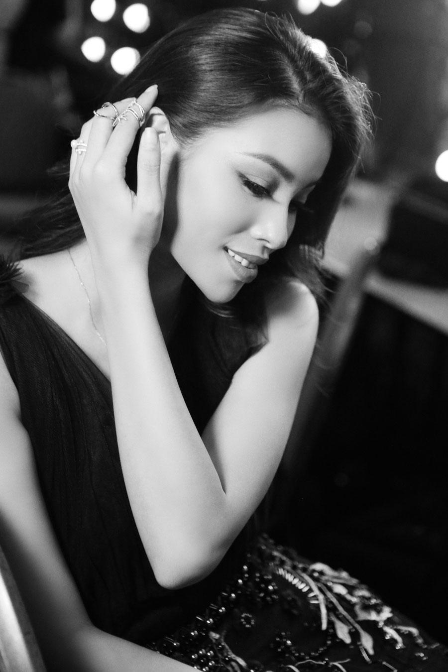 Hậu trường vui hơn Tết của Hương Giang Idol tại show của NTK Hà Duy