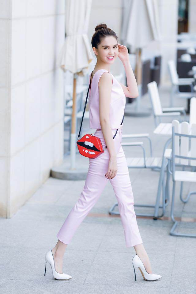 Không ai biết cách hack tuổi bằng tông màu hồng chuẩn như Ngọc Trinh