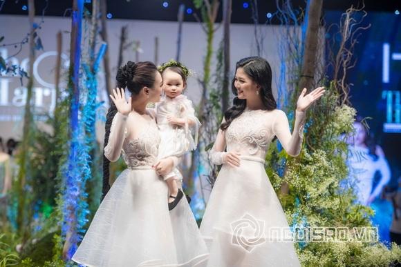 Phạm Hương diện đầm đen huyền bí đính đá cầu kỳ, giữ vị trí vedette show thời trang