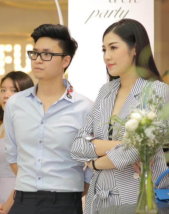 Lần đầu tiên Á hậu Tú Anh xuất hiện cùng chồng sắp cưới