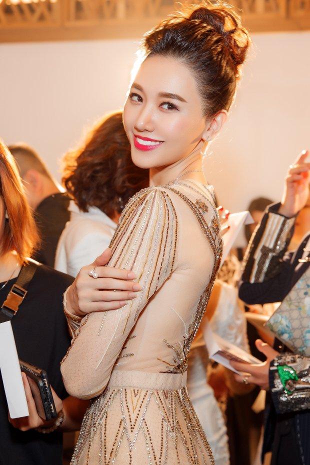 Đang mang bầu, Hari Won vẫn diện váy áo thướt tha như nữ thần, xuất hiện cùng trai lạ