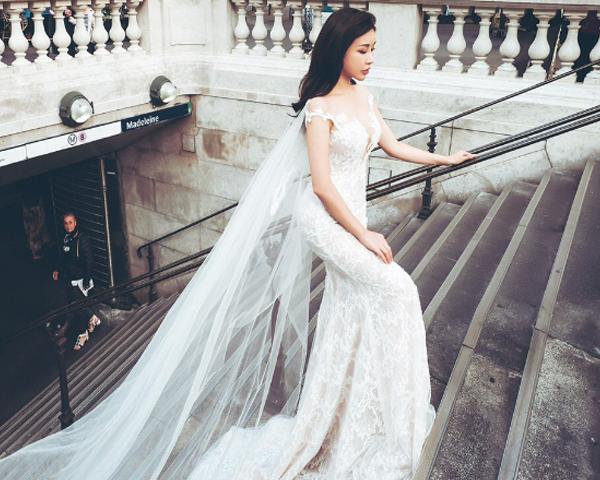 Hoa hậu Lam Cúc khoe dáng với đầm voan trắng trên phố Paris