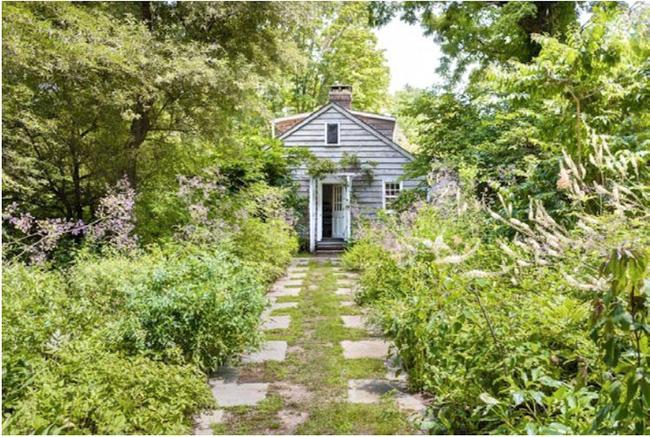 Khu vườn nhỏ xanh tươi bên ngôi nhà rêu phong cũ kỹ chỉ nhìn thôi đã thấy yên bình