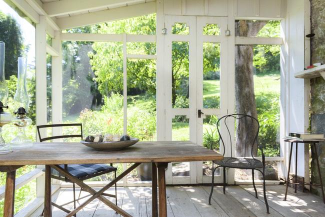 Khu vườn nhỏ xanh tươi bên ngôi nhà rêu phong cũ kỹ chỉ nhìn thôi đã thấy yên bình - 1