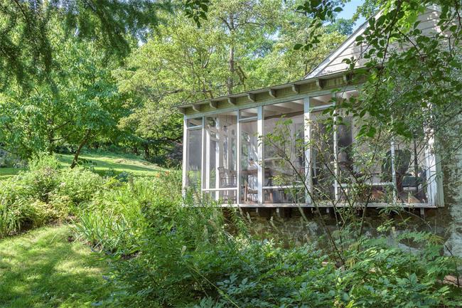 Khu vườn nhỏ xanh tươi bên ngôi nhà rêu phong cũ kỹ chỉ nhìn thôi đã thấy yên bình - 2