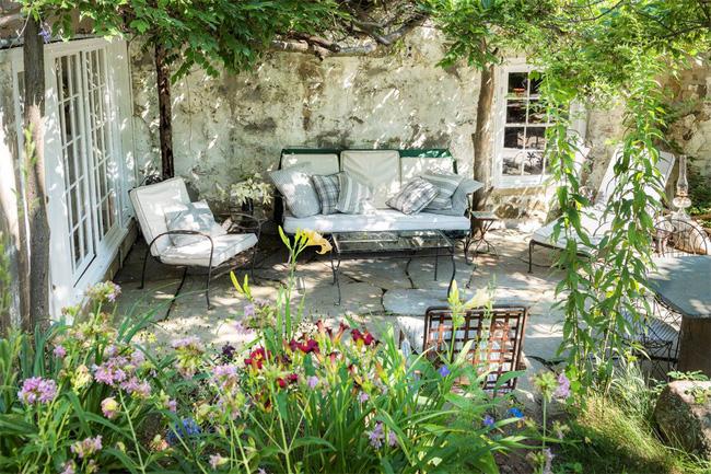 Khu vườn nhỏ xanh tươi bên ngôi nhà rêu phong cũ kỹ chỉ nhìn thôi đã thấy yên bình - 3