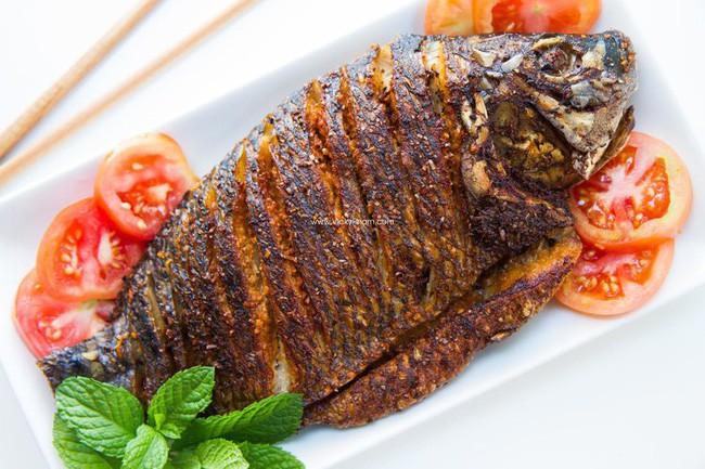 Lần sau rán cá, chị em cứ cho thêm 1 thìa gia vị này vào, đảm bảo không bị bắn dầu mà món cá rán thì ngon bất bại - 2