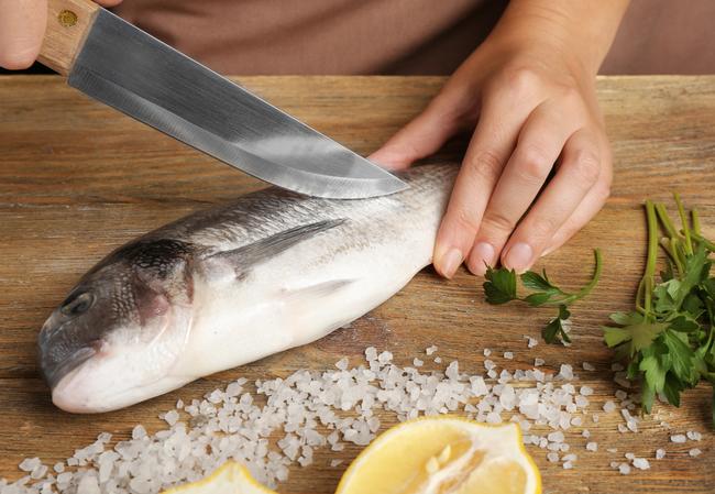 Lần sau rán cá, chị em cứ cho thêm 1 thìa gia vị này vào, đảm bảo không bị bắn dầu mà món cá rán thì ngon bất bại - 3