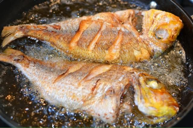 Lần sau rán cá, chị em cứ cho thêm 1 thìa gia vị này vào, đảm bảo không bị bắn dầu mà món cá rán thì ngon bất bại - 6
