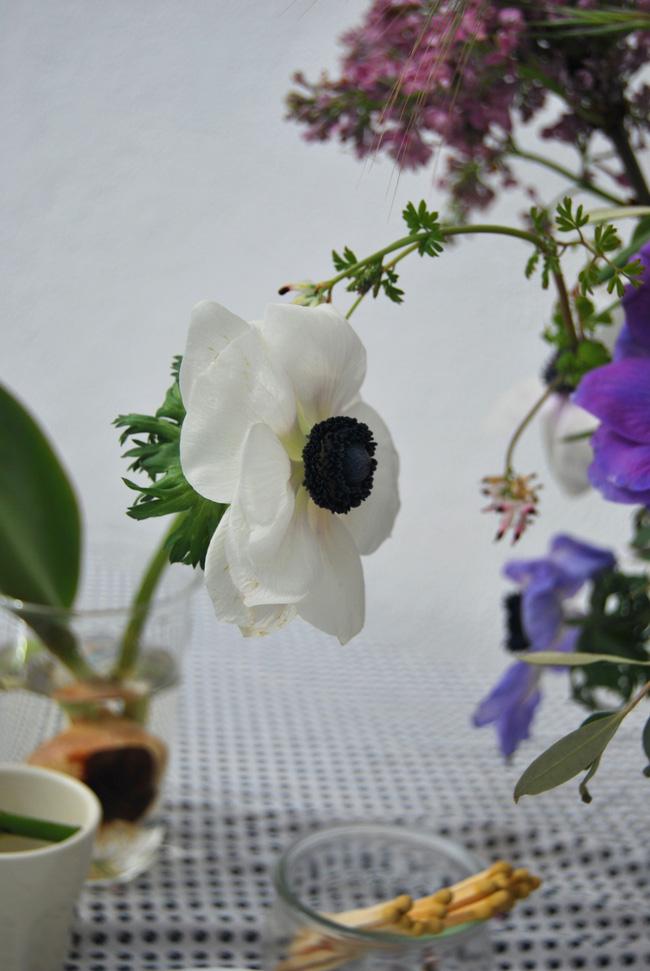 Mang vẻ đẹp tràn đầy sức sống của các loài hoa vào ngôi nhà với cách cắm hoa đơn giản - 1